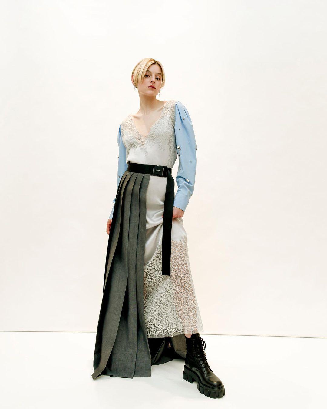 Emma Corrin apostó a experimentar con texturas y patrones, con un traje de Prada que nos habla de pura moda.