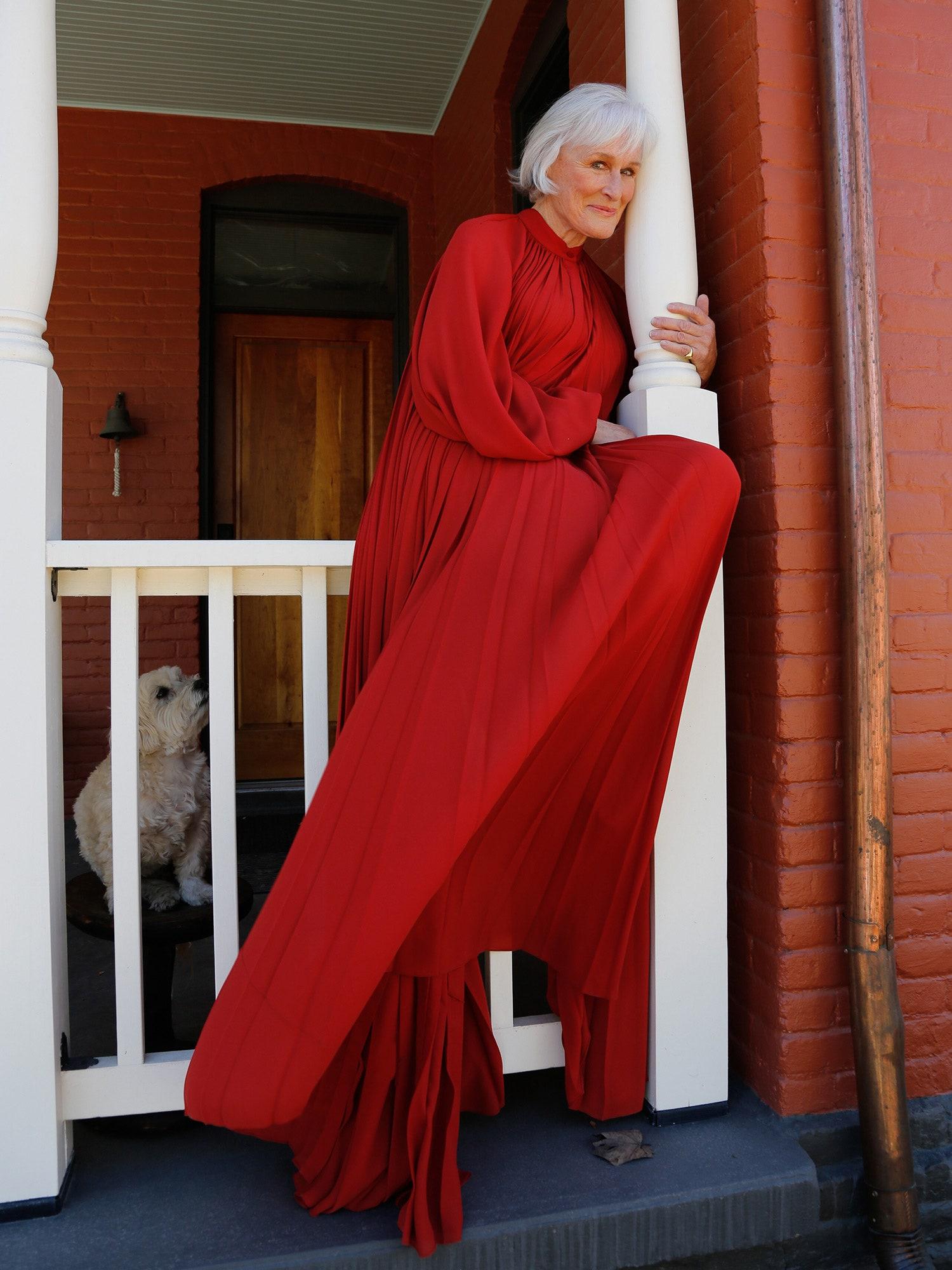 Glen Close esta vez como una l¨Lady in Red vestida por Oscar de la Renta.