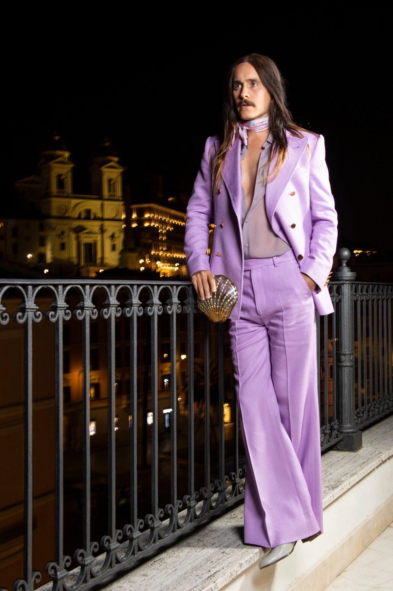 Jared Leto en un suit lavanda de inspiración 70´s firmado por Gucci