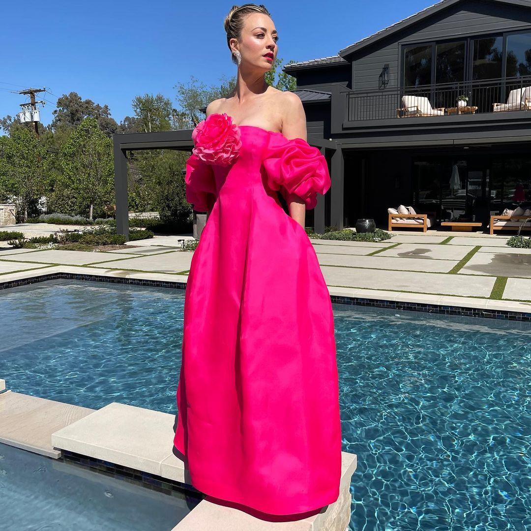 Kaley Cuoco eligió un vestido en rosa vibrante y detalles en manga y escote de Prabal Gurung