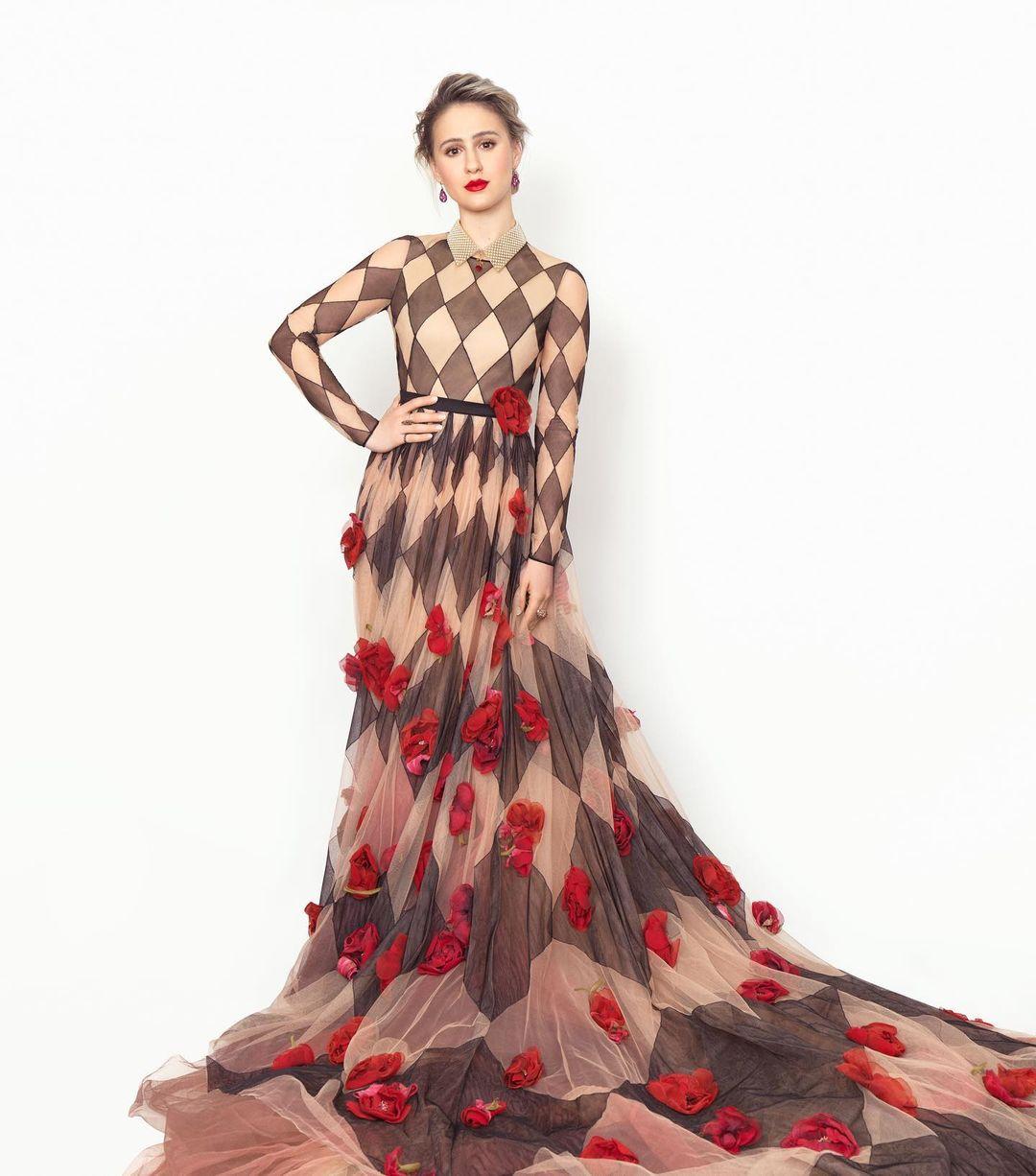 Maria Bakalova debutando en el Red Carpet de los SAG con un a interesante creación estampada de Christian Dior