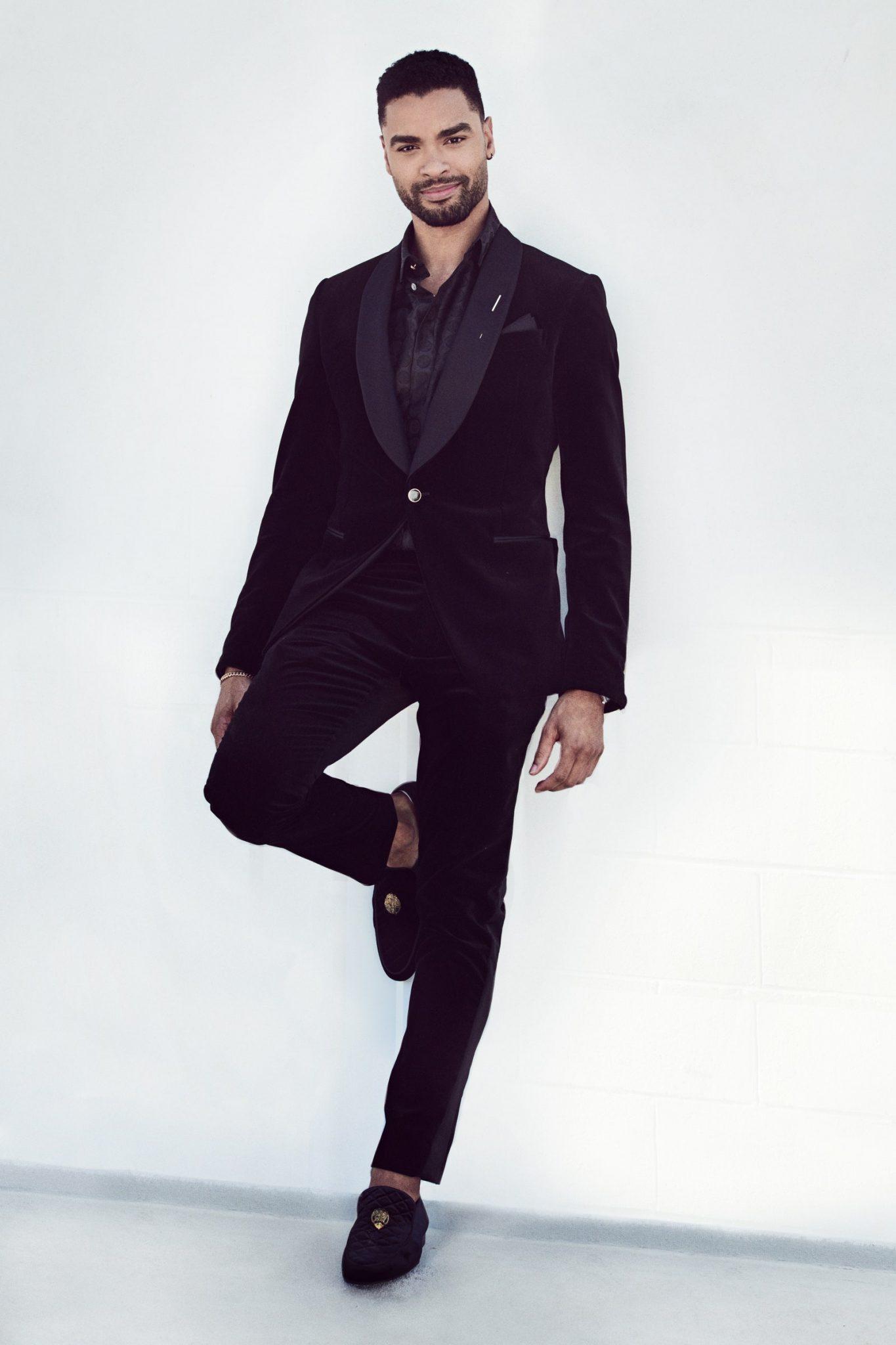 Rege-Jean Page lucio la elegancia masculina con un suit de Louis Vuitton