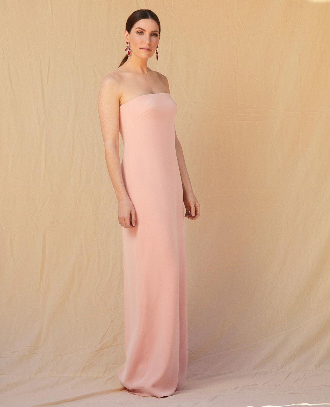 Sarah Levy escogió el minimalismo en diseño con una tonalidad nude. Es un traje de Monique Lhuillier.