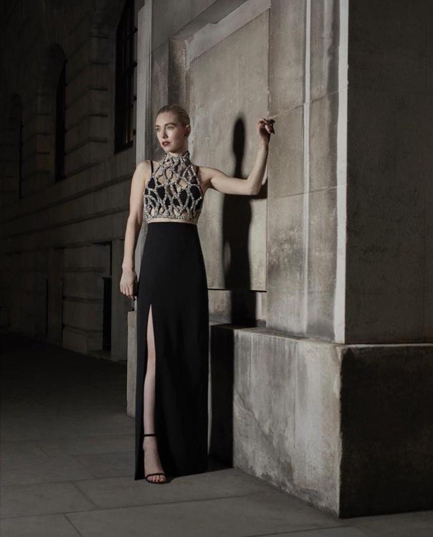 Vanessa Kirby llevó un diseño de Givenchy. Una silueta de lineas limpias y top metalizado definen el diseño que completó con joyas de Cartier.