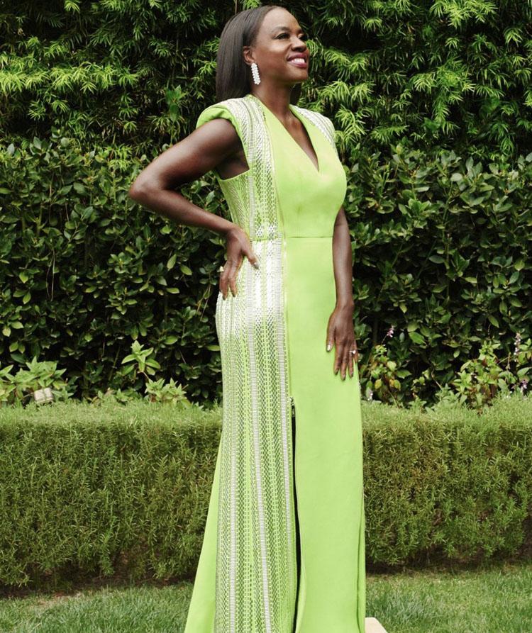 Viola Davis marcando tendencias a nivel de color con un diseño de Louis Vuitton.