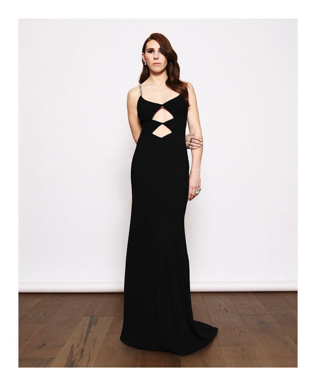 Zosia Mamet llevo un vestido negro con cutouts de Miu Liu