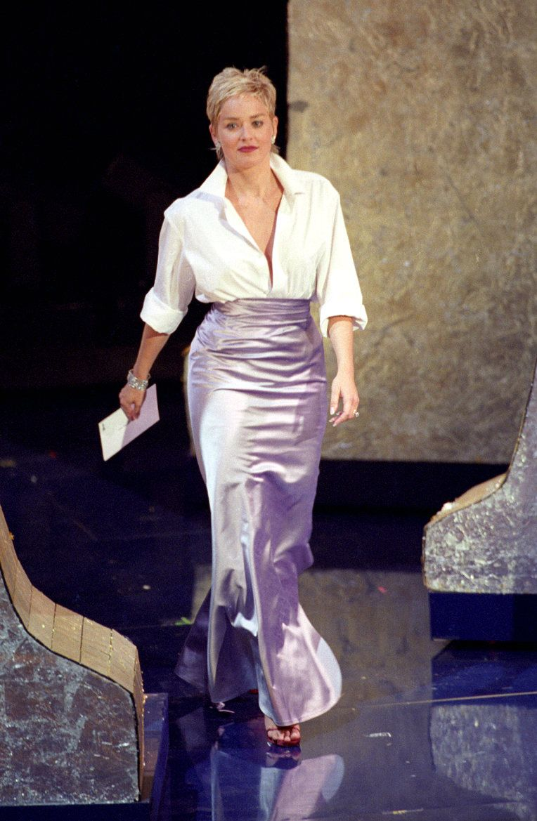 Sharon Stone en la gala de 1999, combinó una falda de Vera Wang con una camisa de The Gap.