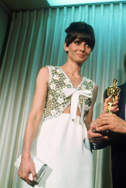 Audrey Hepburn repitió fórmula con Givenchy en 1967.