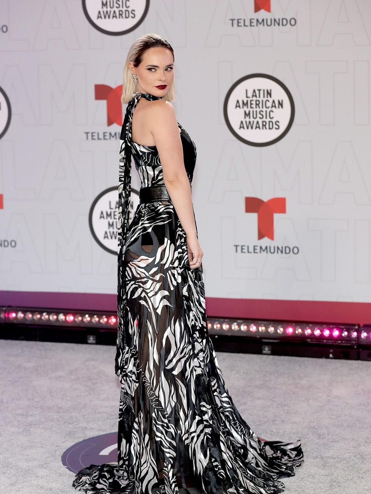 Fabiola Guajardo con una sofisticada creación en estampado blanco y negro