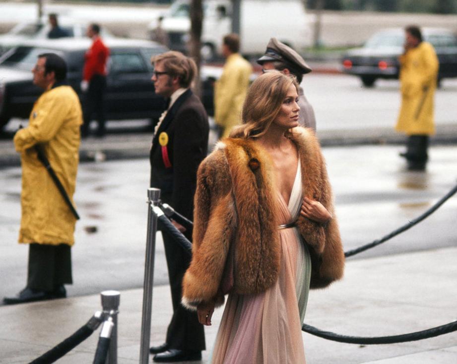 Lauren Hutton vestida por Halston, 1975.