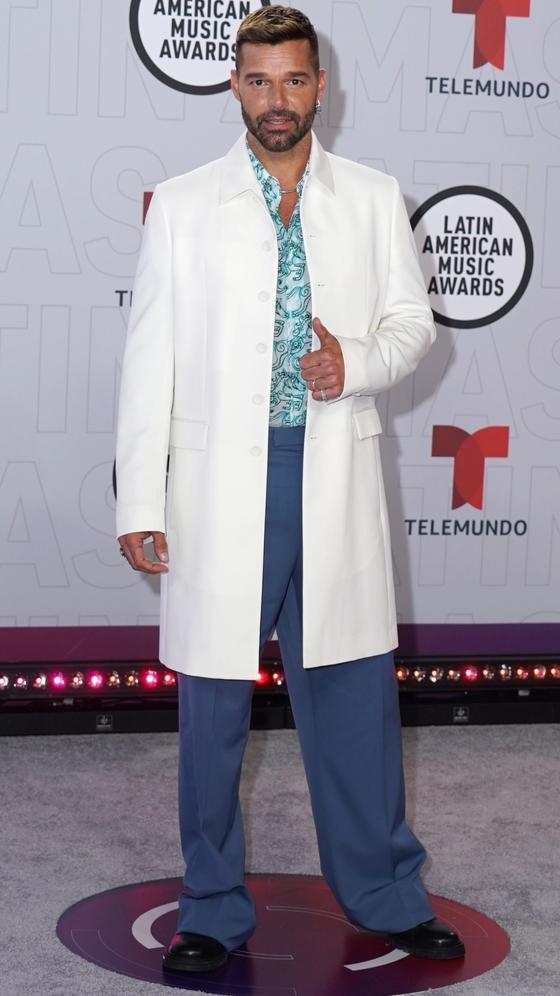 Ricky Martin apostando a nuevas siluetas con un conjunto de chaqueta, camisa y pantalón firmado por Dior