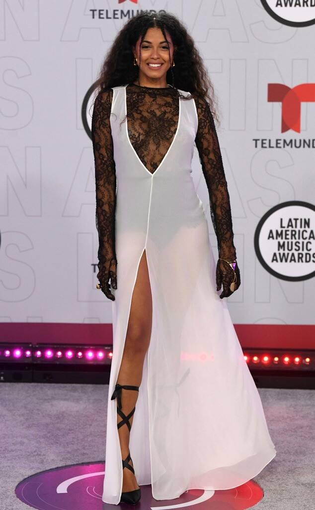 La cantante dominico italiana Yendy con diseño de transparencias y encajes.