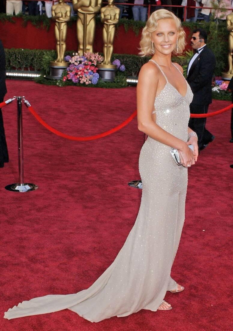 Charlize Theron vistiendo de Gucci en 2994.