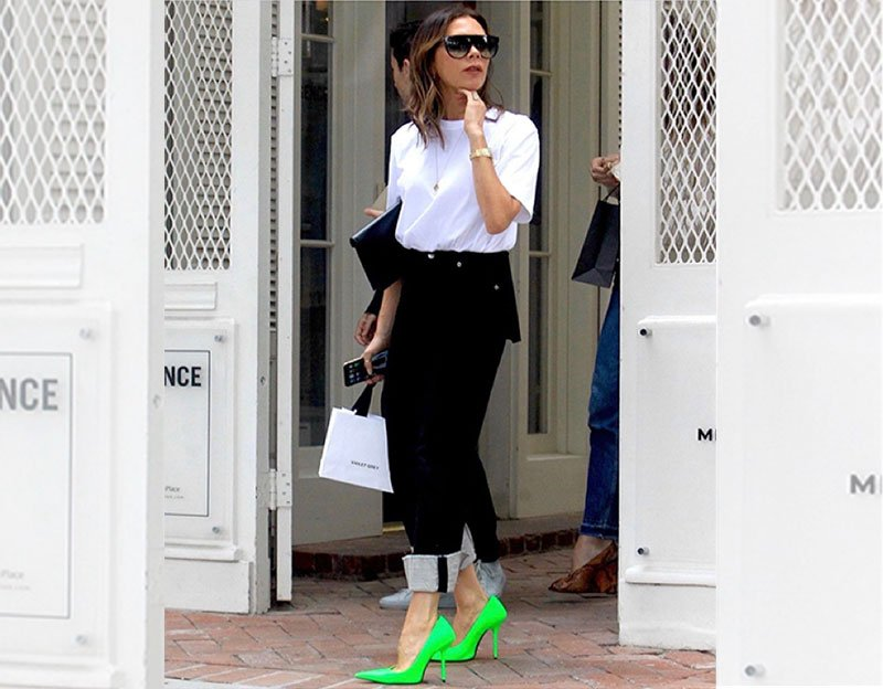 victoria-beckham-look-for-less-jeans-neon-green-pumps
