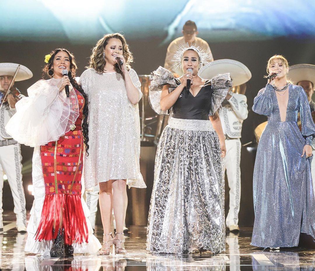 Lila Downs, Shaila Durcal, Aimee Nuviola y Sofia Reyes, cantando en honor a Rocio Durcal. Foto Courtesy Latin Recording Academy. John Parra- Getty Images