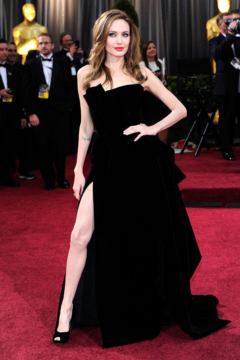 Angelina Jolie llevando un traje Versace en la gala de los Oscar 2012. Este look  es uno de los cinco mas buscados en Google, cuando se trata de la alfombra roja de los  premios.