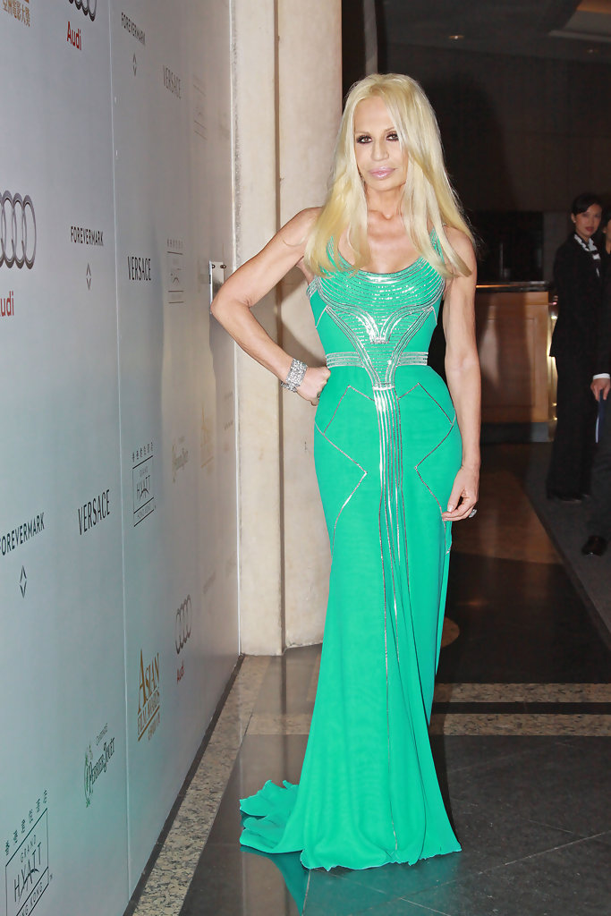 Donatella luciendo uno de sus diseños.