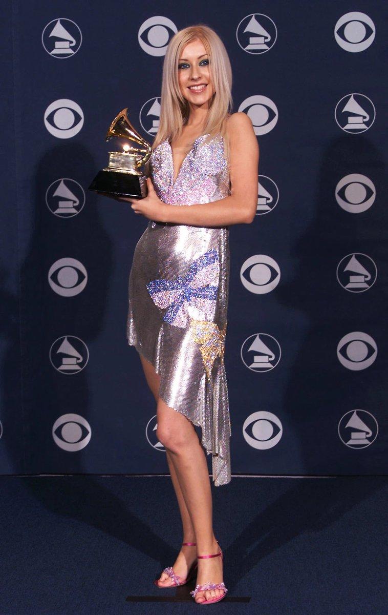 También creacionismos de Donatella, fue este vestido con mariposas bordadas que lució Christina Aguilera, al ganar el Grammy de 2000.