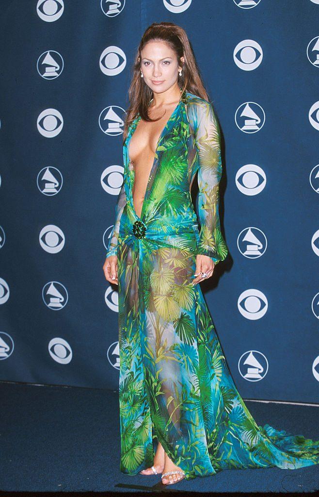 Jennifer Lopez vivió un momento para la historia con este vestido de revelador escote, diseño de Donatella Versace.