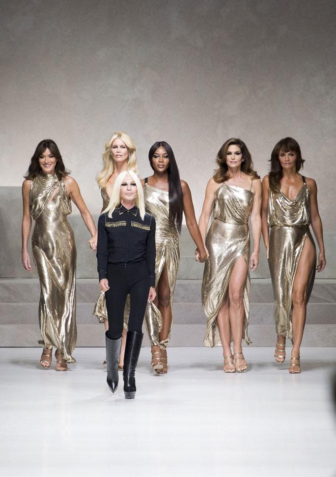 En 2017 Donatella cerró el show de Versace con las grandes favoritas de la firma en sus inicios: Naomi Campbell, Claudia Schiffer, Cindy Crawford, Helena Christensen y Carla Bruni.