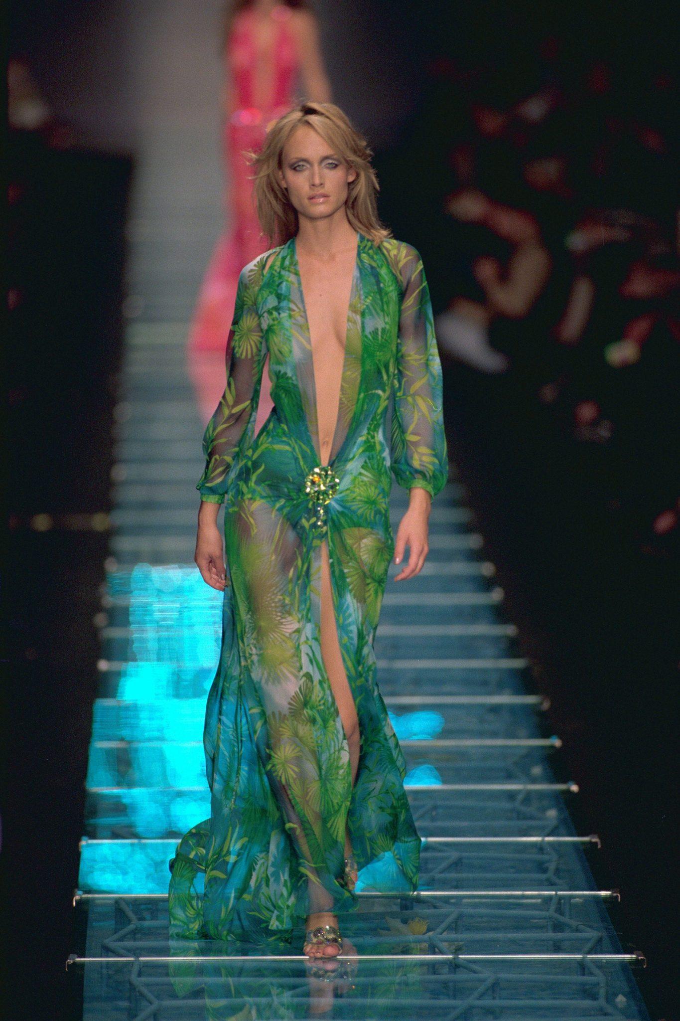 Vestido de la primavera 1996 que terminaria luciendo Jennifer Lopez en los Grammy del 2000.