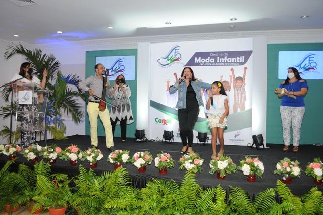 La artista Francis Marizan junto a su hija Isabela canta al ritmo del Saxofon de Batuta by Pablo Polanco.