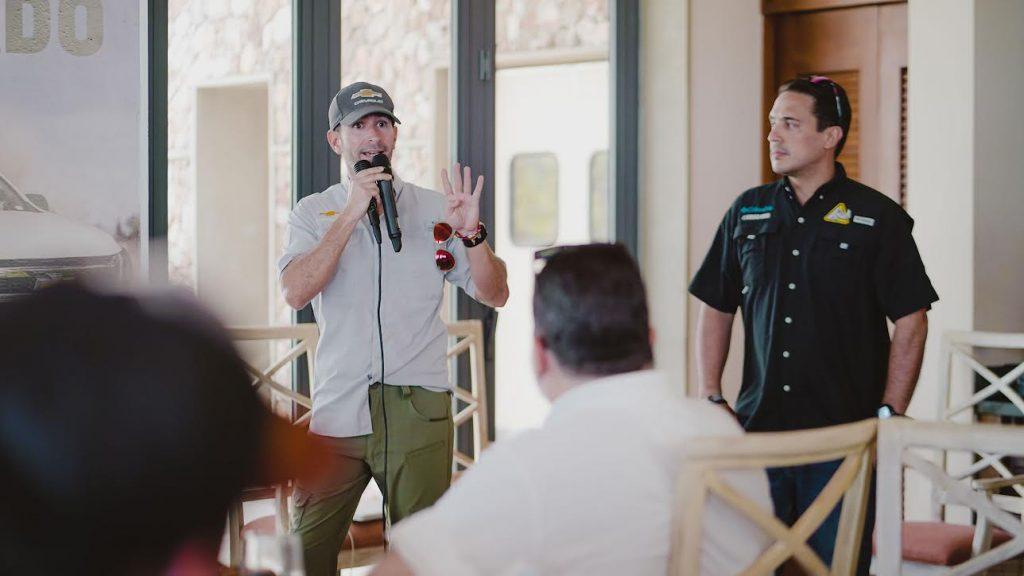 Ricardo Torres detalla las cualidades de la nueva Colorado, en compañía de Geissber Gimenez.
