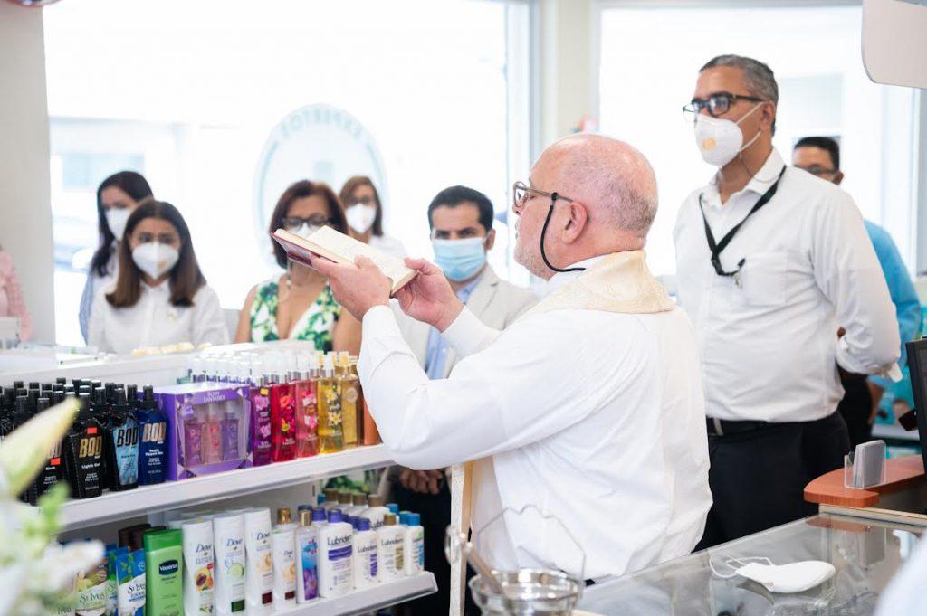 El Padre Jaime Corujo dando la bendición a las nuevas instalaciones de Farmacia Los Hidalgos en La Vega
