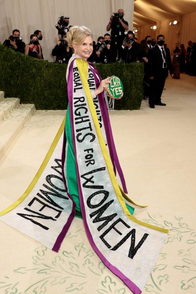 La congresista Carolyn Maloney, asistió con un vestido a través del cuál promovía la causa de igualdad de derechos para la mujer.