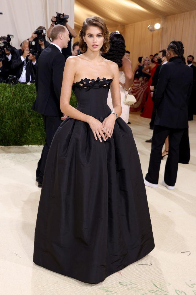 Kaia Gerber vestida por Oscar de la Renta. El vestido está inspirado en el que Bianca Jagger llevó a la Met Gala de 1981.