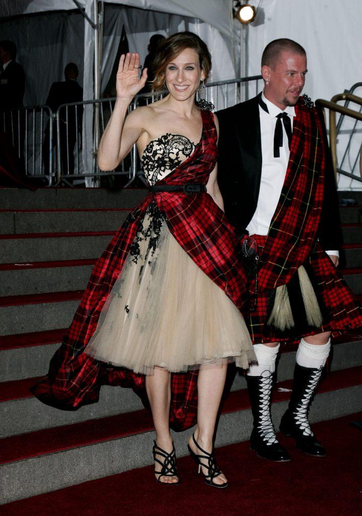 Sarah Jessica Parker y Alexander McQuen en la gala 2006 AngloMania: Tradición y Transgresión en la Moda Británica