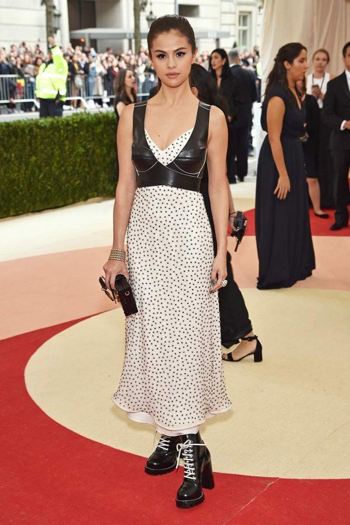 Selena Gómez vestida por Louis Vuitton para la gala 2016 ¨Manus x Machina: La Moda en una Era de Tecnología