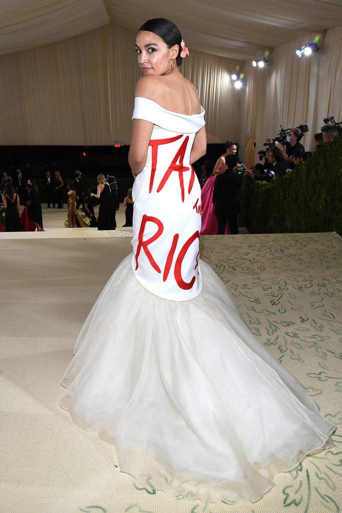 La congresista Alexandria Ocasio-Cortez asistio vestida por Brother Vellies, con un mensaje en su vestido haciendo referencia a un mayor cargo de impuestos para los ricos.