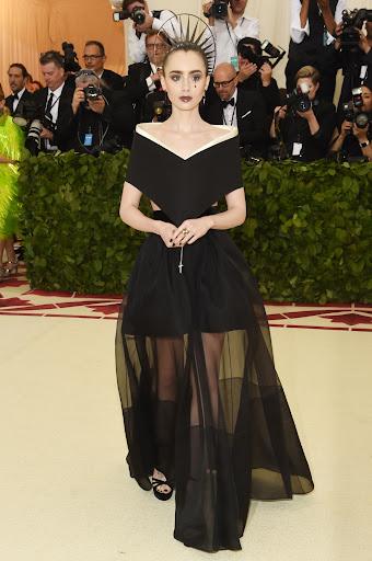 Lily Collins vestida por Givenchy para la gala 2018 ¨Cuerpos Celestiales: Moda y la imaginación católica